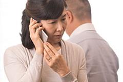 電話で保険金請求の連絡をする様子の写真