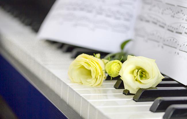 出棺時の音楽は何を流すべき?葬儀で流すタイミングや選ぶポイントも紹介