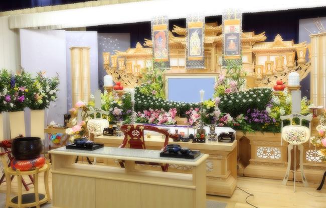 祭壇とは何?葬儀で使用する祭壇の種類や選び方のポイントを紹介します