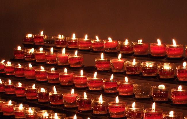 追悼とはどういう意味?哀悼との違いや使い方、追悼式の基本マナーを解説!