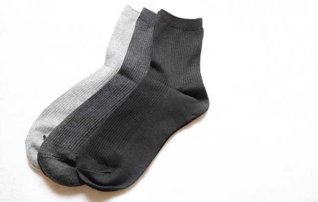 法事にはどんな服装や靴下で参列するべき?選び方やマナーを紹介