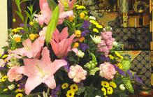 仏壇にお供えする花の種類は?失礼に当たらないための注意点を解説