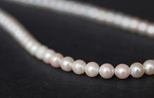 お葬式にふさわしい真珠とは?色や真珠以外のジュエリーの選び方