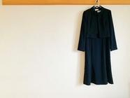 葬式に参列する際の服装の選び方は?喪服の格式についても紹介