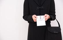 無宗教の葬儀に香典は持って行く?相場金額・表書き・渡し方を解説