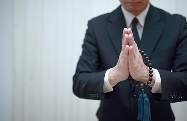 葬式での礼拝(らいはい)の作法とは?宗派による違いも解説