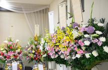 お通夜にお花を送っても大丈夫?「供花」のマナーや種類、相場も徹底解説!