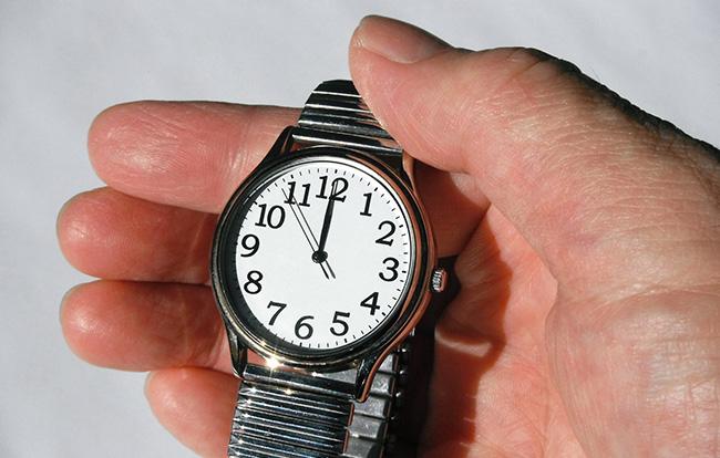 通夜で時計を付けても問題ない?マナーを守った時計やアクセサリーの選び方