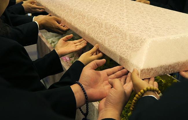 生活保護受給者の葬儀はどうやって行う?納骨の選択肢や申請条件を総まとめ