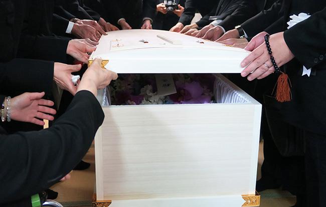 火葬式の参列マナーを徹底解説!身だしなみから香典や収骨などのマナーとは?