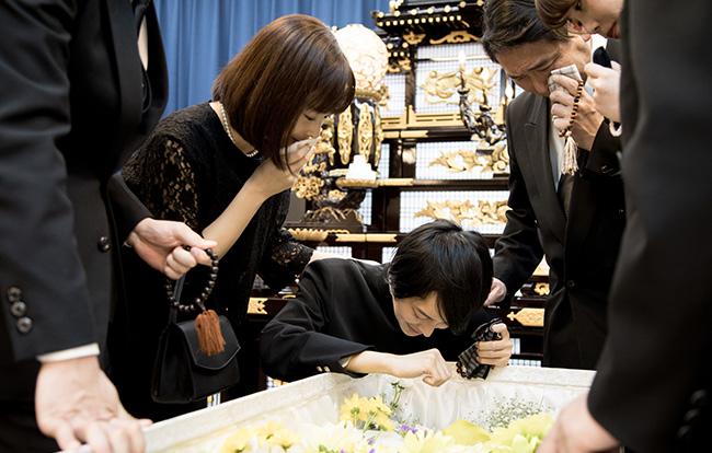 通夜・葬儀の平均的な費用は200万円!内訳や葬儀を安く抑える5つの方法も徹底解説